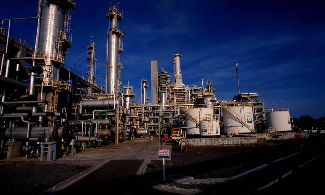 Fluid catalytic cracking unit at Rlam, Petrobras Refinery in Bahia, on sale Photo: Juarez Cavalcanti / Agência O Globo