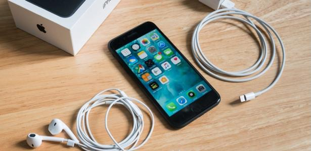 The government sends TAC to Apple and Samsung via cell phone charger