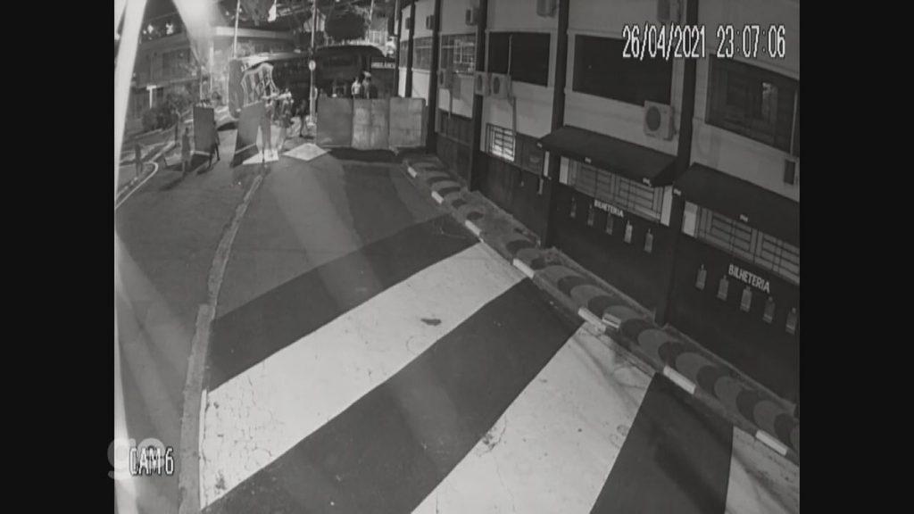 Video: Images from Ponte Brita surveillance cameras show bus attack |  Black bridge