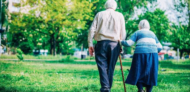 The couple escapes from the nursing home using Morse code
