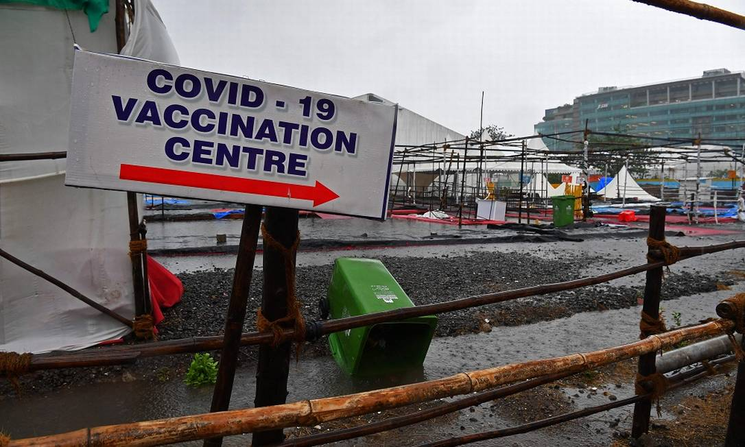 The Covid-19 vaccination center destroyed by the winds of typhoon Tauktae in Mumbai (PHOTO: INDRANIL MUKHERJEE / AFP)