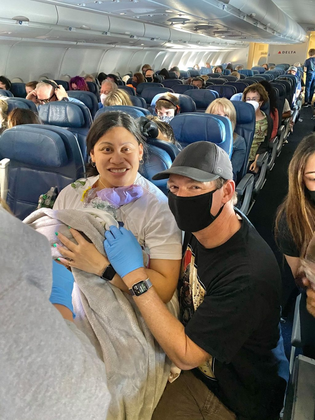 A woman gives birth during a flight to Hawaii |  Scientist