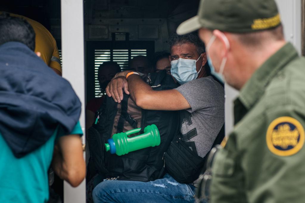 Imigrantes ilegais são enviados para o controle de fronteiras