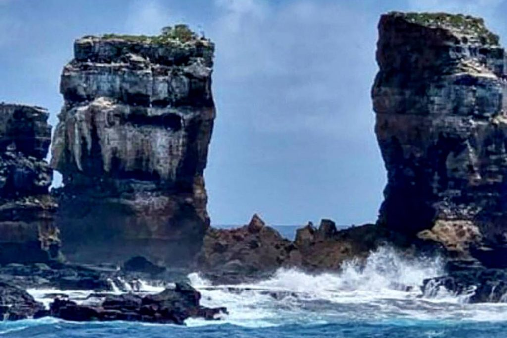 Collapse of the summit of the Darwin Arc, a rock formation in the Galapagos Islands.  See Before and After - 05/19/2021 - Turismo