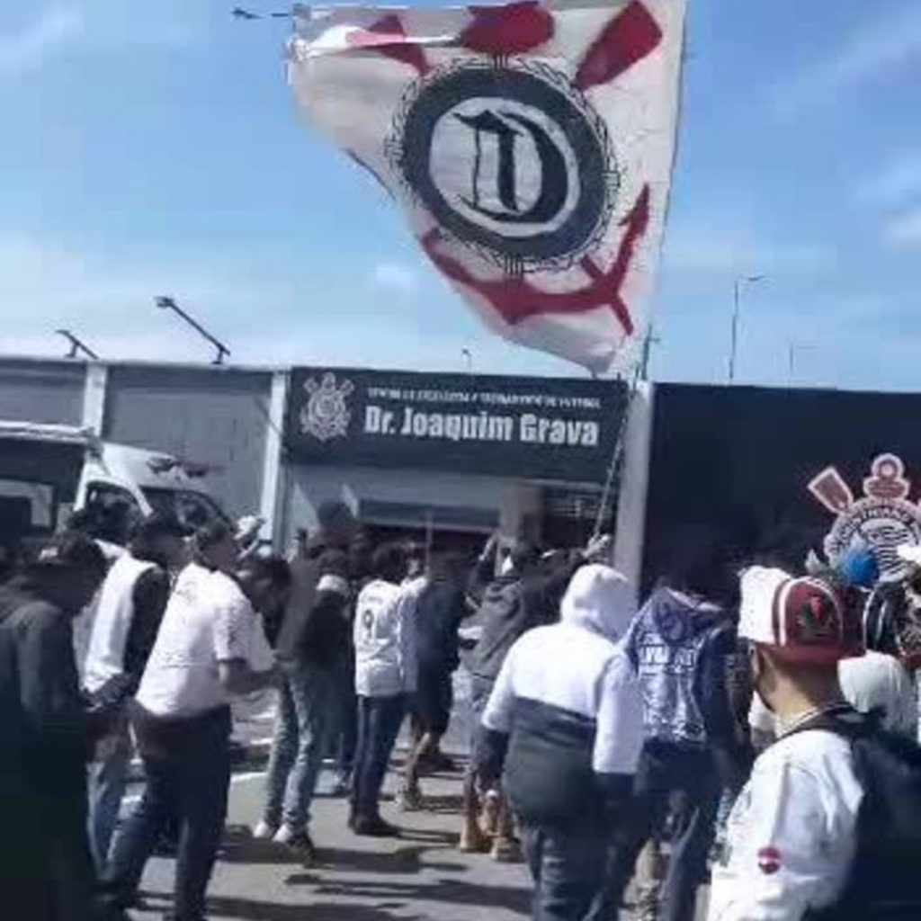 Fans protest at Corinthians CT on the eve of the classic match against Sao Paulo |  Corinth
