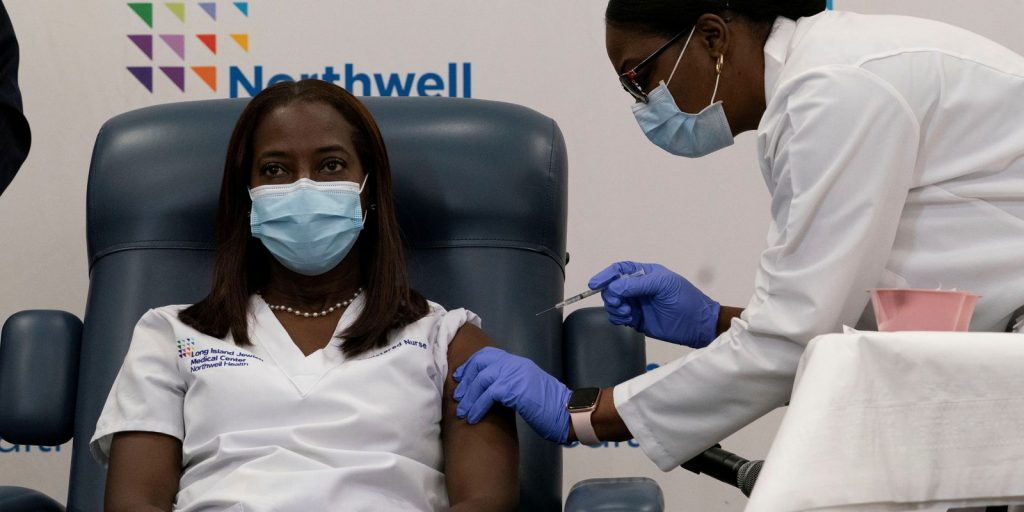 Latinos travel to the United States in search of vaccines