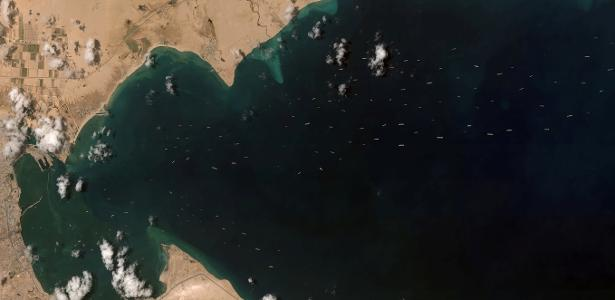 The Suez Canal begins dredging works to extend two copies