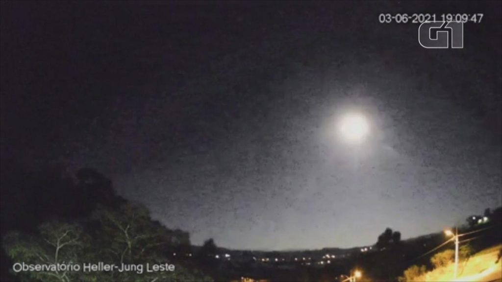 A basketball-sized meteor and full moon glow illuminate the sky at RS;  Watch the video |  Rio Grande do Sul