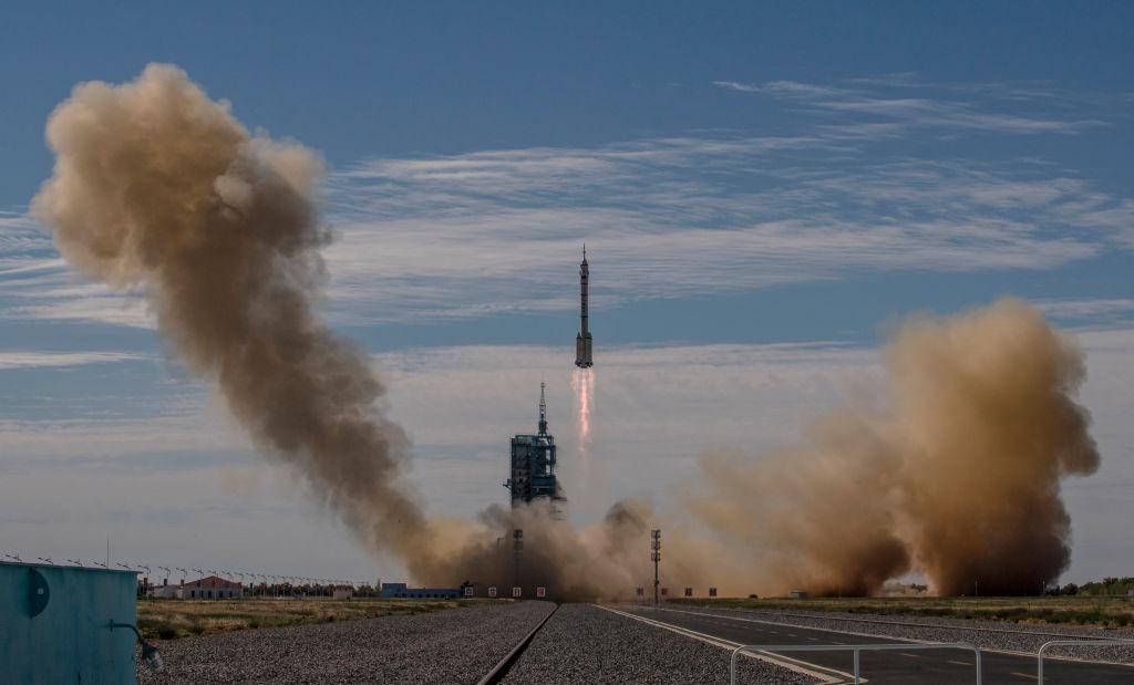 China lança nave espacial