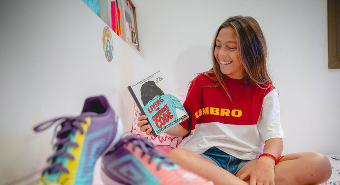 12-year-old footballer tells a story in a book - Prisma