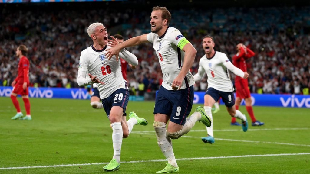 Denmark scores a free kick, 'it takes effort', but England react in overtime with Kane and play an unprecedented final against Italy.