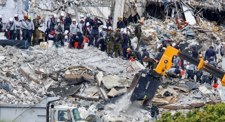 Firefighters finish search of collapsed building in Florida