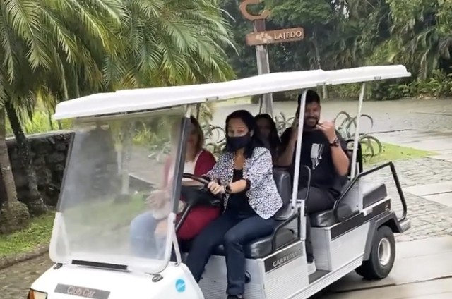 Viviane Araújo and Guilherme Militão rode a golf cart across the venue for the party (Image: Reproduction)