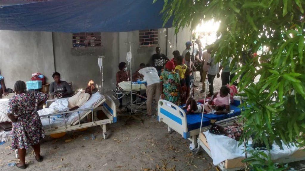 Pessoas feridas são atendidas em hospital improvisado em Jeremie, no Haiti