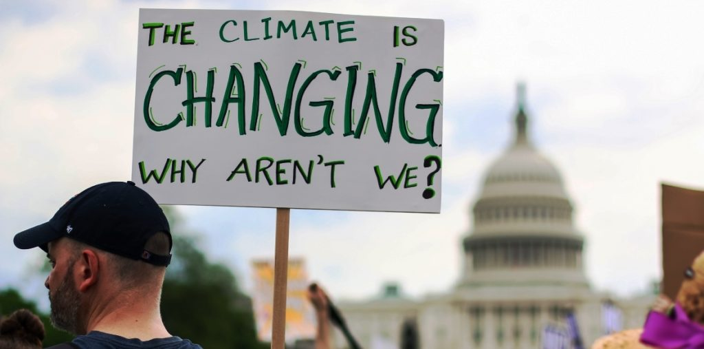 Global warming between science and politics