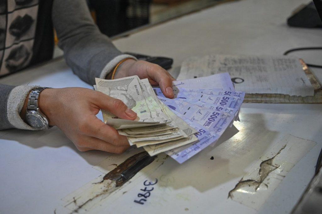Venezuelans rush to spend money before cutting six zeros in the national currency |  Economie
