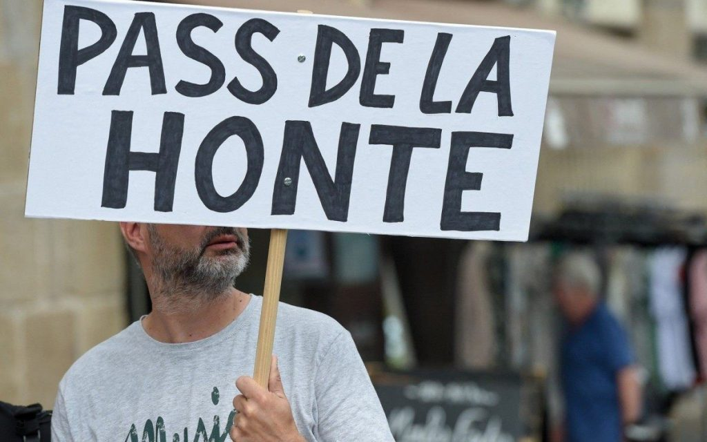 In France, thousands of people protest against the health card    world and science