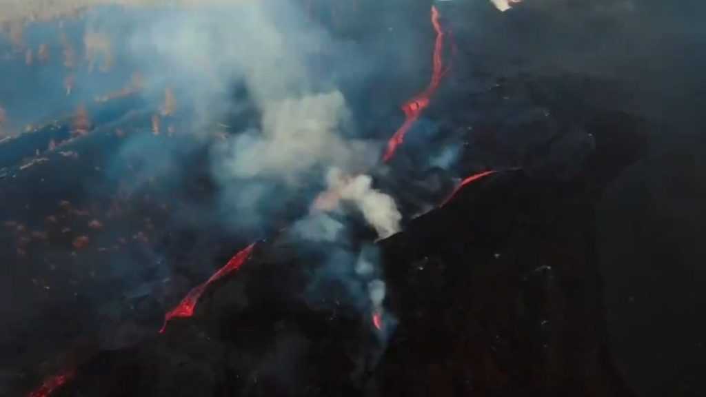 Cumber Vega: Part of the volcano collapses and lava flows into the sea |  Globalism