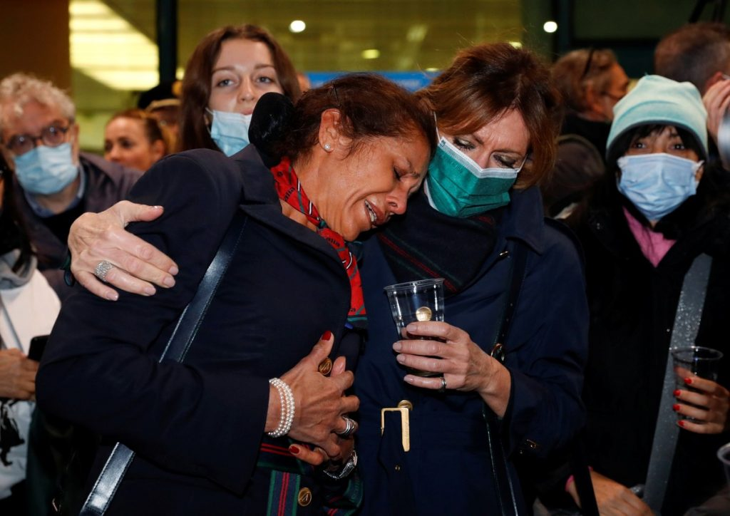 The last flight in the history of Alitalia cries and toasts when it arrives |  Travel and Tourism