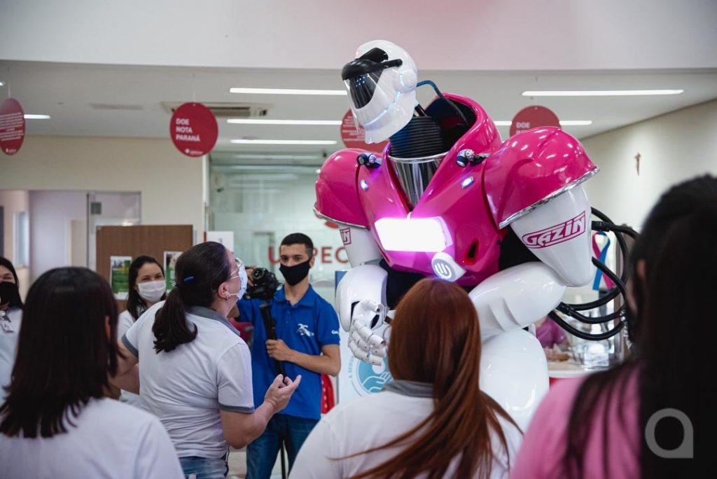 Robozão delights patients and staff at Uopeccan de Umuarama